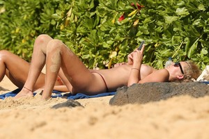 Toni-Garrn-Topless-On-The-Beach-In-Hawaii-r7b7u0x51p.jpg
